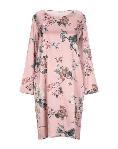 Фото - Платье до колена пастельно-розового цвета
