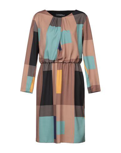 Фото - Платье до колена коричневого цвета