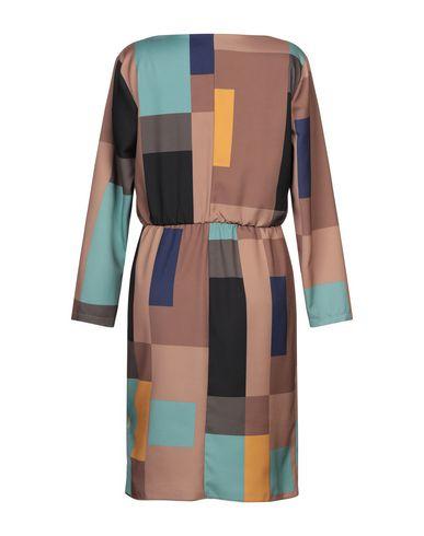 Фото 2 - Платье до колена коричневого цвета