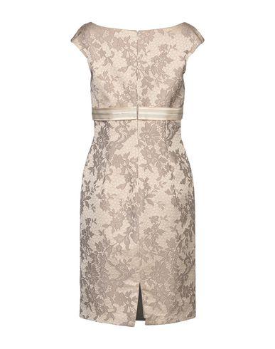 Фото 2 - Женское короткое платье  бежевого цвета