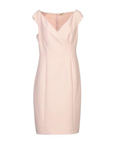 Фото - Платье до колена светло-розового цвета