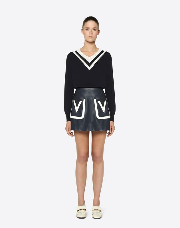Mini-jupe en cuir avec broderie logo V