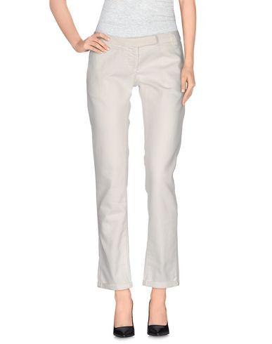 Фото - Джинсовые брюки от BRIAN DALES белого цвета