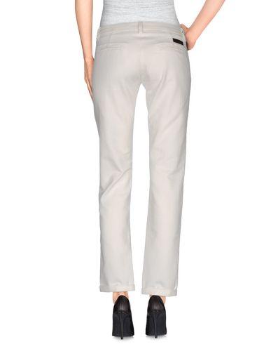 Фото 2 - Джинсовые брюки от BRIAN DALES белого цвета