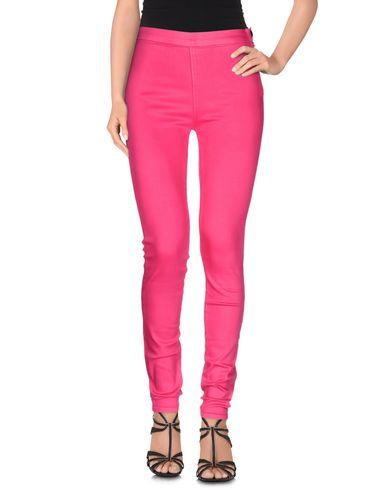 Фото - Джинсовые брюки цвета фуксия