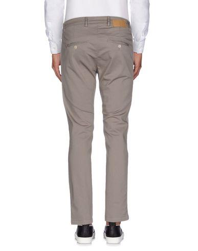 Фото 2 - Повседневные брюки от LOW BRAND серого цвета