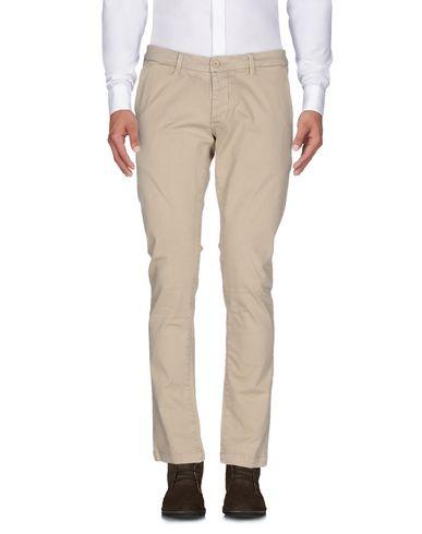 Фото - Повседневные брюки от QU4TTRO бежевого цвета