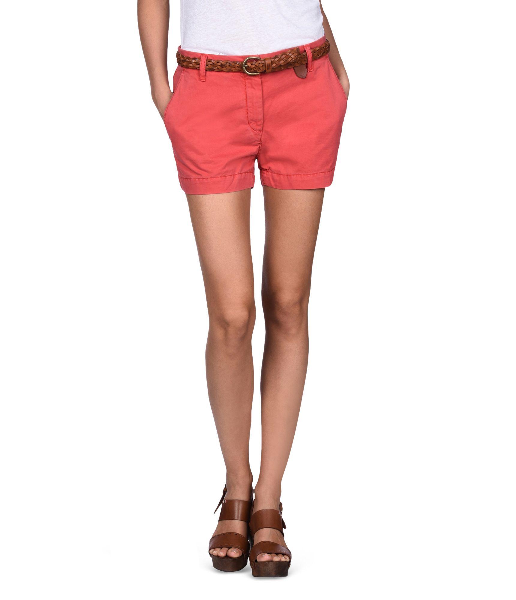 Artikel klicken und genauer betrachten! - Damen-Shorts aus Gabardine Vintage-Effektbehandlung Reißverschluss mit Knopf Diagonale Vordertaschen Leistentaschen hinten Bedrucktes Kontrastmaterial innen am Bund Grafikelemente | im Online Shop kaufen