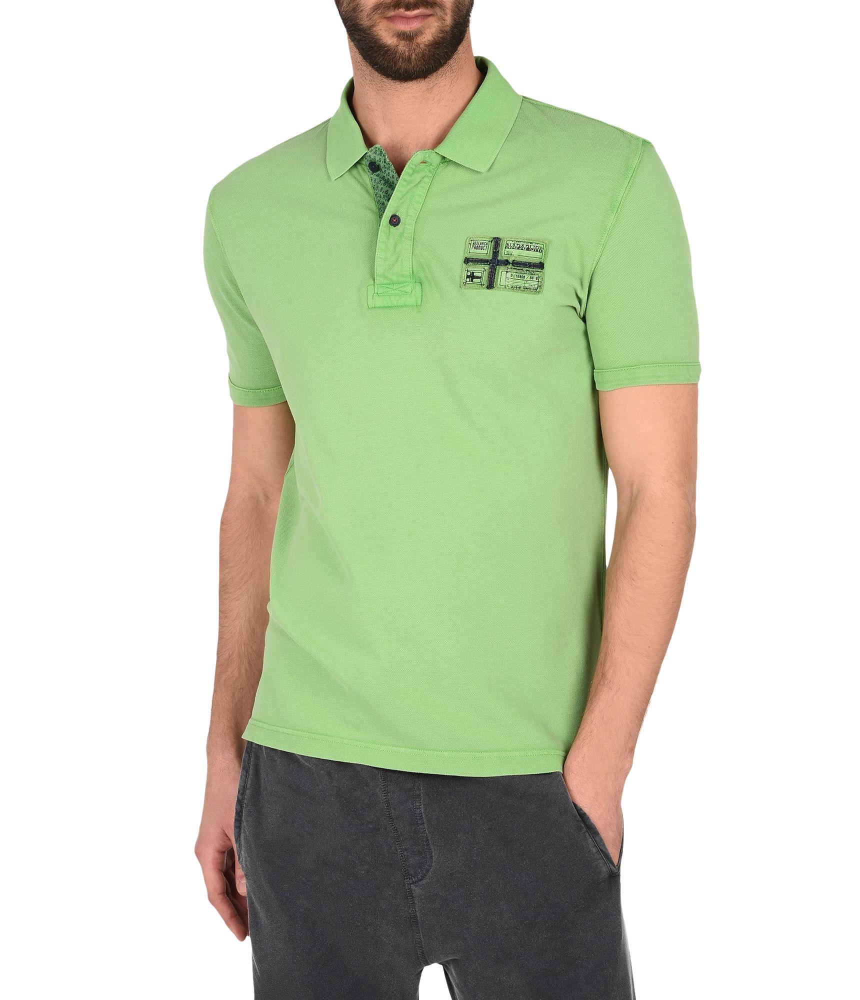 Artikel klicken und genauer betrachten! - Leichtes Polo-Shirt mit kurzen Ärmeln Vintage-Effektbehandlung Gerippter Kragen Knopfleiste Knopfleiste aus Kontrastmaterial Seitenschlitze in Kontrastfarbe Grafikelemente auf der Brust und am Saum Signaturdetail | im Online Shop kaufen