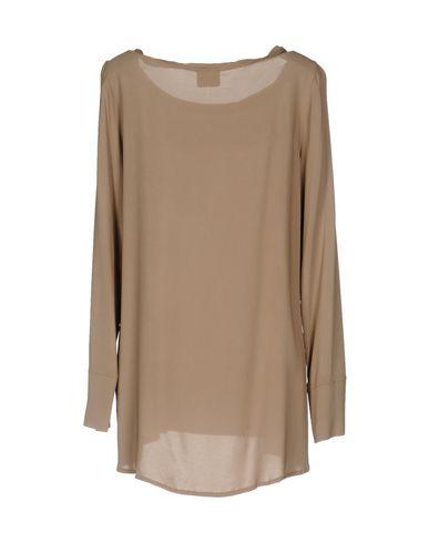 Фото 2 - Женскую блузку GOTHA светло-коричневого цвета