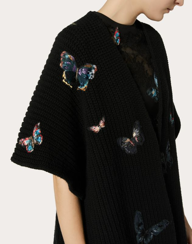 WOLLPONCHO MIT BUTTERFLY-STICKEREI