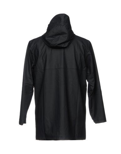 Фото 2 - Легкое пальто от RAINS темно-синего цвета