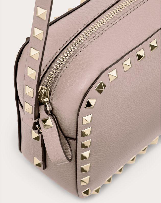 Маленькая сумка на ремешке Rockstud из зернистой телячьей кожи