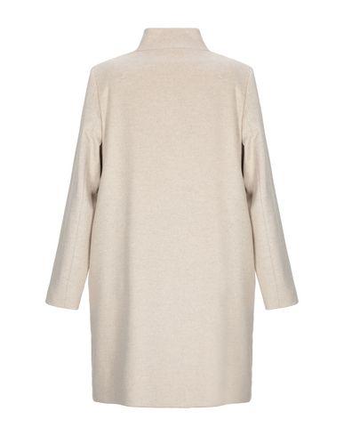 Фото 2 - Женское пальто или плащ  бежевого цвета