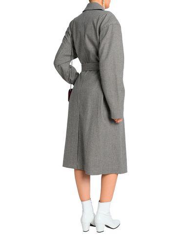 Фото 2 - Женское пальто или плащ  темно-коричневого цвета