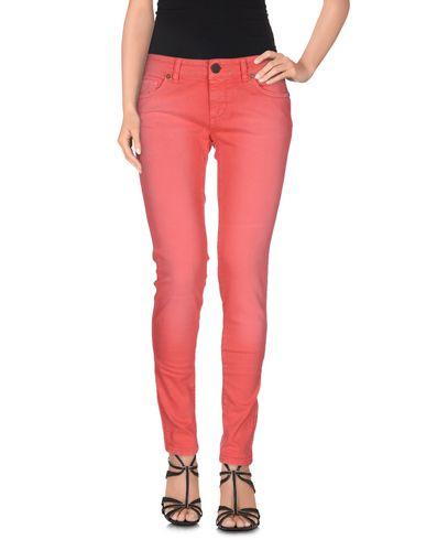 Фото - Джинсовые брюки от TWINSET кораллового цвета