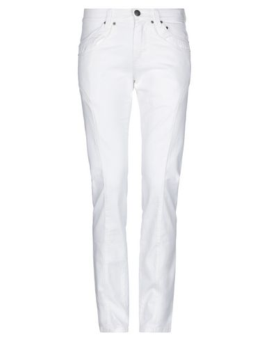 Фото - Джинсовые брюки от ERMANNO DI ERMANNO SCERVINO белого цвета