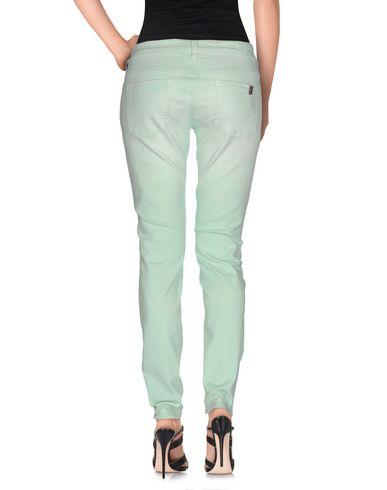 Фото 2 - Джинсовые брюки светло-зеленого цвета