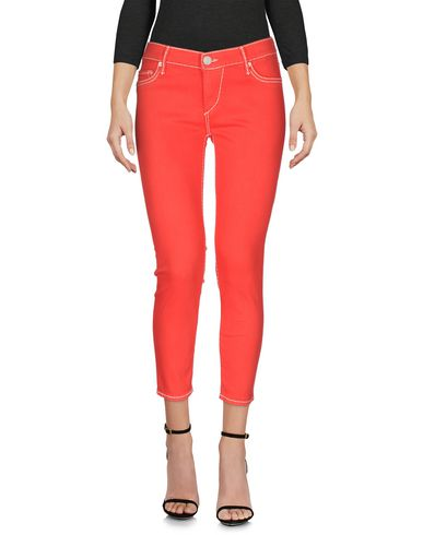 Фото - Джинсовые брюки-капри красного цвета