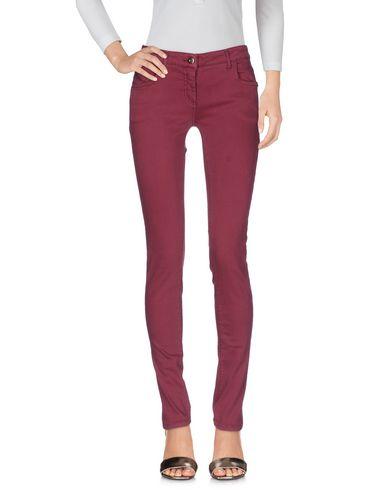 Фото - Джинсовые брюки цвет пурпурный