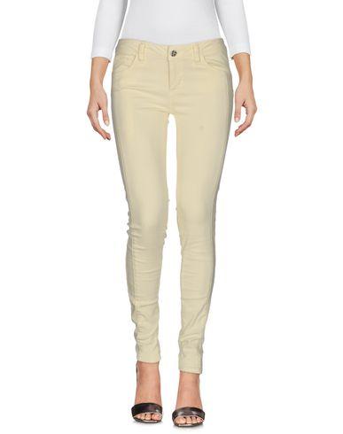 Фото - Джинсовые брюки светло-желтого цвета
