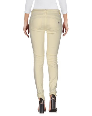 Фото 2 - Джинсовые брюки светло-желтого цвета