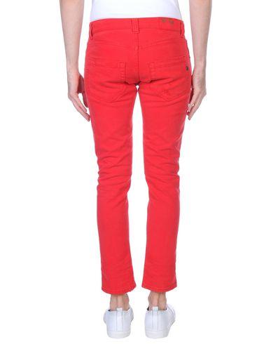 Фото 2 - Джинсовые брюки красного цвета