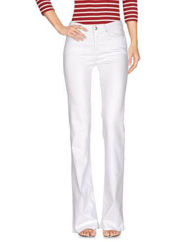 Фото - Джинсовые брюки от VDP COLLECTION белого цвета