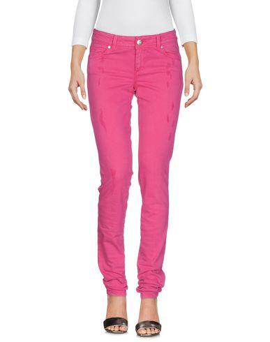 Фото - Джинсовые брюки от ERMANNO DI ERMANNO SCERVINO цвета фуксия