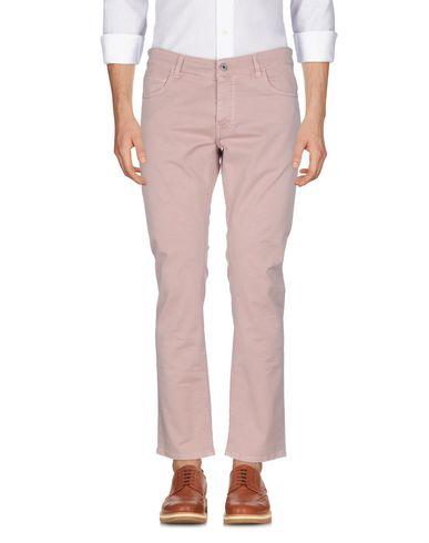 Фото - Повседневные брюки от GUNS DISARMED пастельно-розового цвета