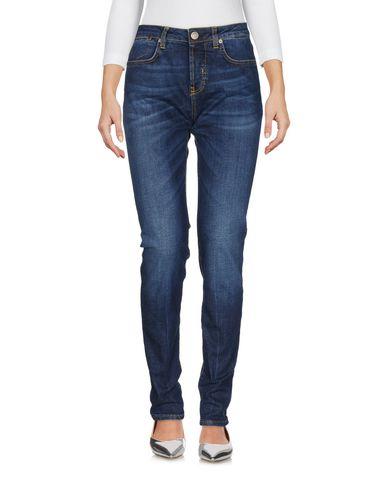 Фото - Джинсовые брюки от 2W2M синего цвета