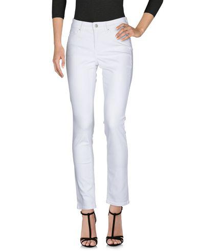 Фото 2 - Джинсовые брюки от CAMBIO белого цвета