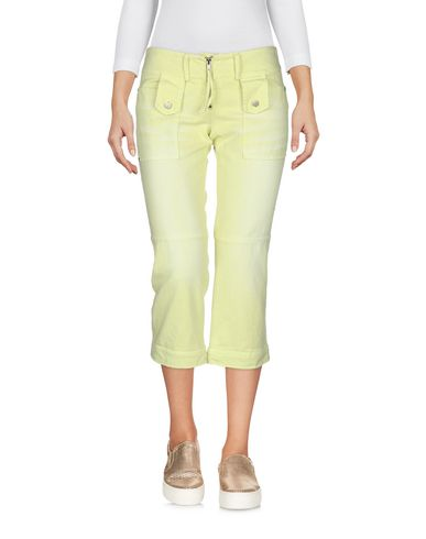 Фото 2 - Джинсовые брюки-капри кислотно-зеленого цвета