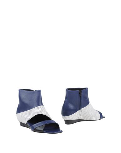 Фото - Полусапоги и высокие ботинки от VIC MATIĒ темно-синего цвета