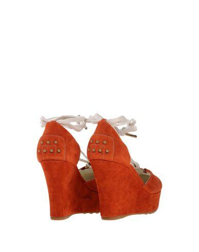 Фото 2 - Женские сандали  ржаво-коричневого цвета
