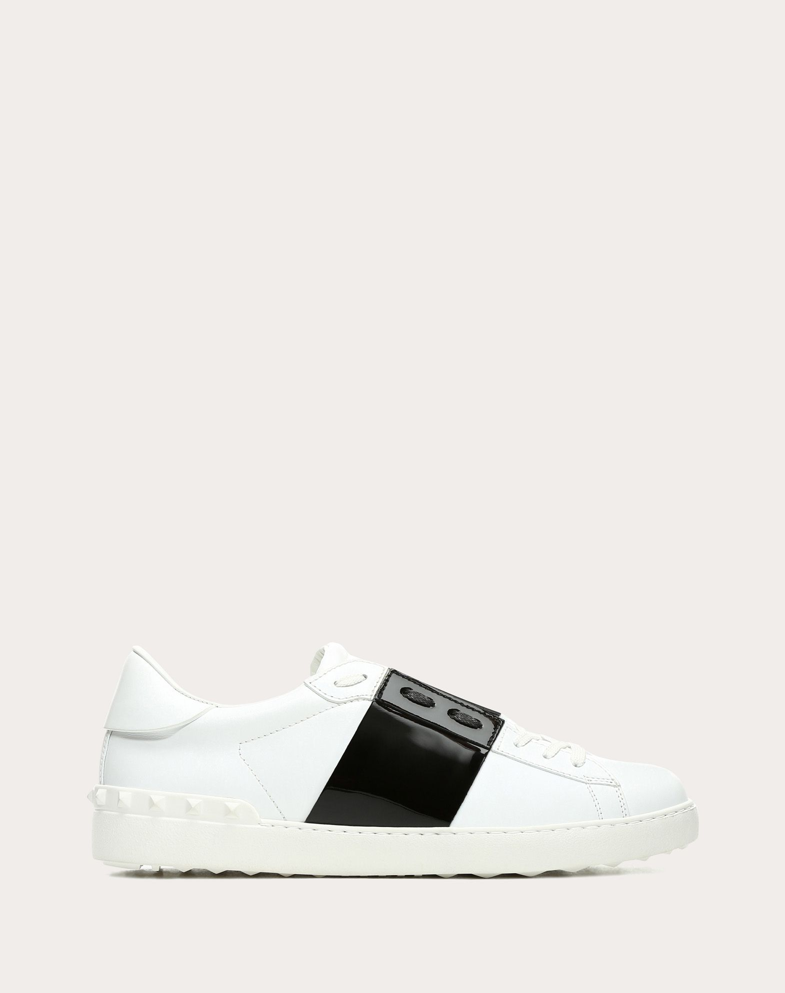 OPEN TRAINER WITH PATENT LEATHER BAND