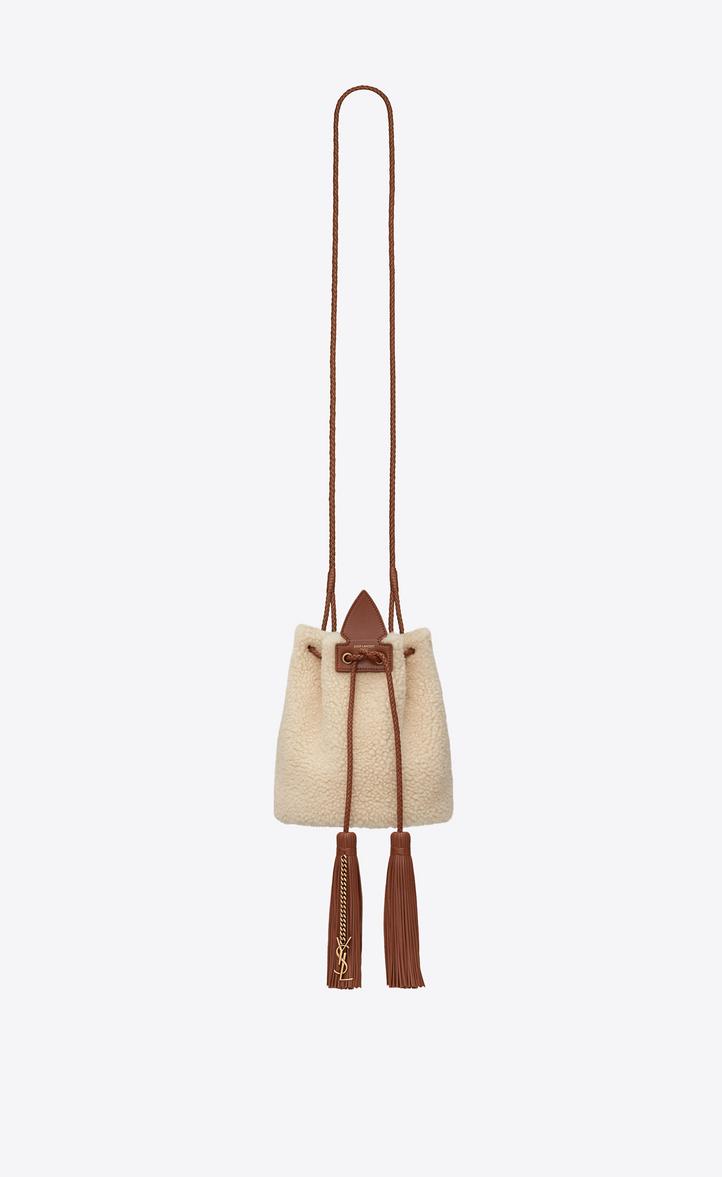 Petit sac seau à pompons ANJA en shearling ivoire et cuir cognac