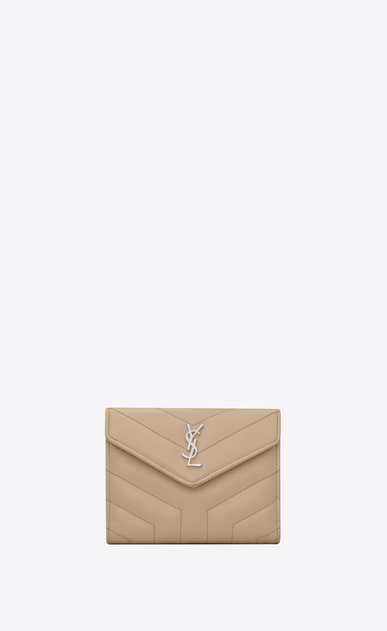 SAINT LAURENT Monogram Matelassé Damen Kompaktes Loulou Portemonnaie aus dunkelbeigem Glanzleder mit Y-Steppnähten a_V4