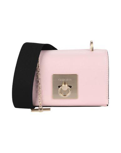 Фото - Сумку через плечо светло-розового цвета
