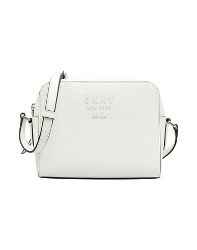 Фото - Сумку через плечо от DKNY белого цвета
