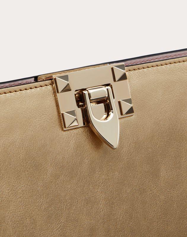 Клатч Rockstud из металлизированной телячьей кожи с эффектом кракелюра