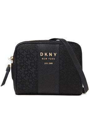 DKNY حقيبة كتف من الجاكار مزيّنة بالجلد النافر وبشعار الماركة
