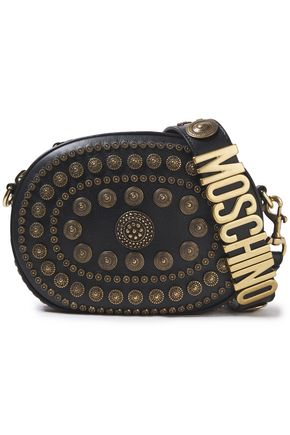 MOSCHINO حقيبة كتف من الجلد النافر المزخرف بأزرار معدنية مزينة بشعار الماركة