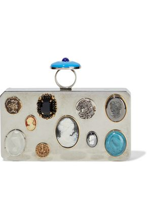 "OSCAR DE LA RENTA حقيبة كلاتش على شكل صندوق ""كاميو"" باللون الفضي الملمَّع مع زخرفات مطبّقة"