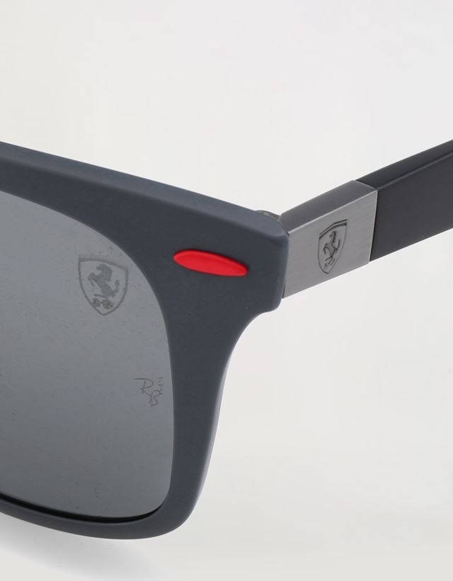 Scuderia Ferrari Online Store - Солнцезащитные очки от Ray-Ban для Scuderia Ferrari: Wayfarer Lite Force серого матового - Солнцезащитные очки