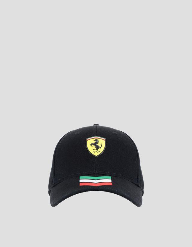 c5b382e7cbab6 Scuderia Ferrari Online Store - Gorra con flechas tricolores y Scudetto  Ferrari - Gorras de beísbol ...
