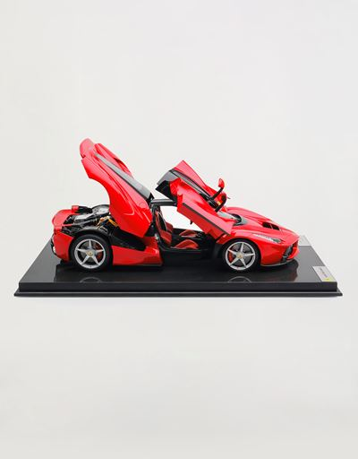 Scuderia Ferrari Online Store - LaFerrari model in 1:8 scale -
