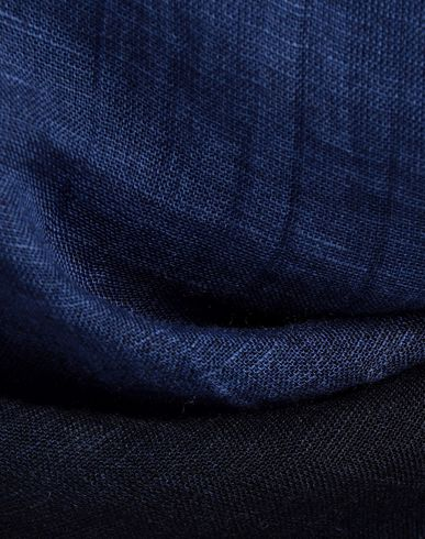 Фото 2 - Женский платок DESTIN темно-синего цвета