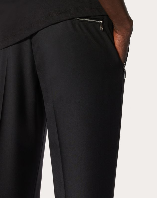 PANTS WITH POCKETS AND ZIPPER FASTENING