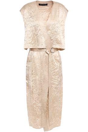 SALLY LAPOINTE فستان ملتف متوسط الطول بطبقات من الساتان المجعد مزوّد بحزام